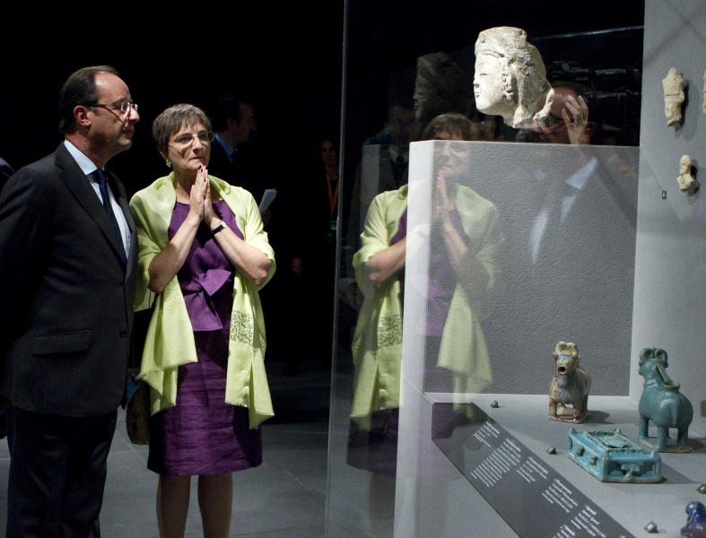 French President Francois Hollande listens to Sophie Makariou, chief of Department of Islamic Arts, as he visits the new Department of Islamic Arts galleries at the Louvre museum in Paris, Tuesday Sept. 18, 2012. (AP Photo/Gonzalo Fuentes, Pool)