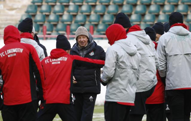Soccer Football - Europa League - Lokomotiv Moscow Training - Moscow, Russia - February 21, 2018 - Lokomotiv Moscow's coach Yuri Semin and players attend a training session. REUTERS/Sergei Karpukhin