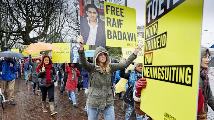 People take part in a protest by Amnesty International for the release of Saudi blogger Raif Badawi, outside the Saudi Embassy in The Hague, on January 15, 2015 (AFP Photo/Martijn Beekman)