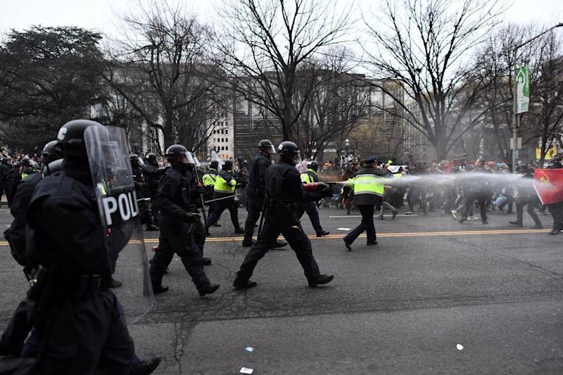 Police pepper spray at anti-Trump protesters during clashes in Washington, DC, (JEWEL SAMAD/AFP/Getty Images)