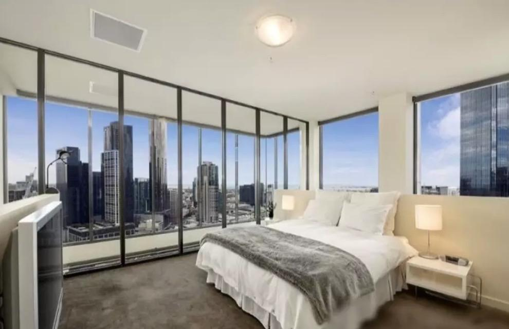<p>Here's one of the two bedrooms. Waking up here would be an absolute pleasure.<br />(Airbnb) </p>