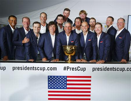U.S. team captain Fred Couples (C) and the U.S. team poses with Presidents Cup during a team picture after the U.S. defeated the International team in the 2013 Presidents Cup golf tournament at Muirfield Village Golf Club in Dublin, Ohio October 6, 2013. L- R, front row: Tiger Woods, Steve Stricker, Zach Johnson, Jason Dufner, Fred Couples, Bill Haas, Hunter Mahan, Jay Haas. Second row L-R: Matt Kuchar, Keegan Bradley, Webb Simpson, Phil Mickelson, Brandt Snedeker, Jordan Spieth, Davis Love III. REUTERS/Jeff Haynes (UNITED STATES - Tags: SPORT GOLF)