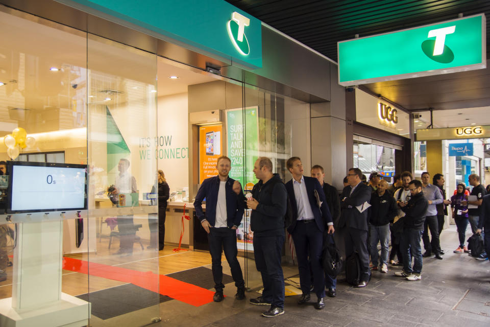 Customers queuing outside a Telstra Store on George St, on the morning the iPhone 6 was launched. (Source: Getty)