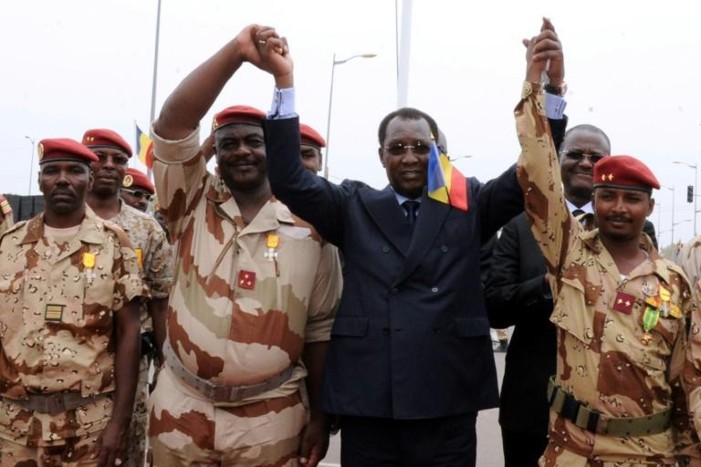 Chad's President Idriss Deby Itno (C) holds hands with Chadian army chiefs and his son Mahamat Idriss Deby (R) in N'Djamena in 2013