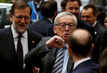 European Commission President Jean-Claude Juncker (C) gestures towards Prime Minister of Malta Joseph Muscat as Spain's Prime Minister Mariano Rajoy (L) looks on at the end of the second day of the EU Summit in Brussels, Belgium June 29, 2016. REUTERS/Phil Noble