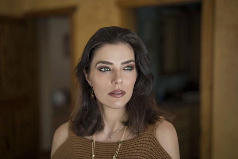 Adrianne Curry looks dazzling in heavy make-up and pourlty lips.