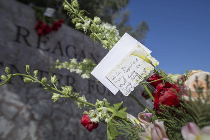<p>A note accompanies flowers left in memory of Nancy Reagan near the Ronald Reagan Presidential Library and Center for Public Affairs. <i>(Photo: David McNew/Getty Images)</i></p>