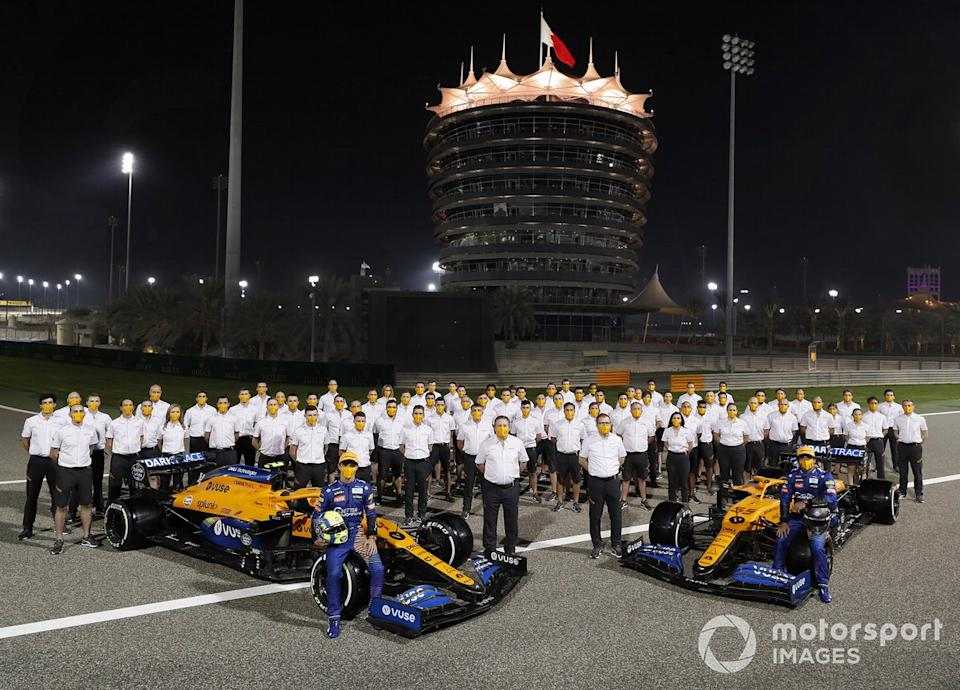 "Mclaren team shot on track in Bahrain, Carlos Sainz Jr., McLaren MCL35 Lando Norris, McLaren MCL35, Zak Brown, CEO, McLaren Racing and Andreas Seidl, Team Principal, McLaren <span class=""copyright"">Steven Tee / Motorsport Images</span>"