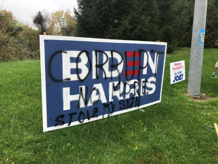 A vandalized placard in Langhorne, Pennsylvanie on 28 October
