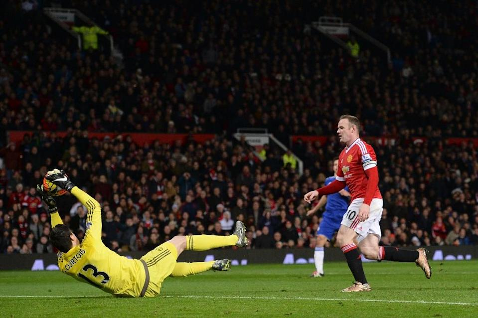 Chelsea's goalkeeper Thibaut Courtois (L) makes a save in front of Manchester United's striker Wayne Rooney (R), during the English Premier League football match at Old Trafford in Manchester, England, on December 28, 2015 (AFP Photo/Oli Scarff)