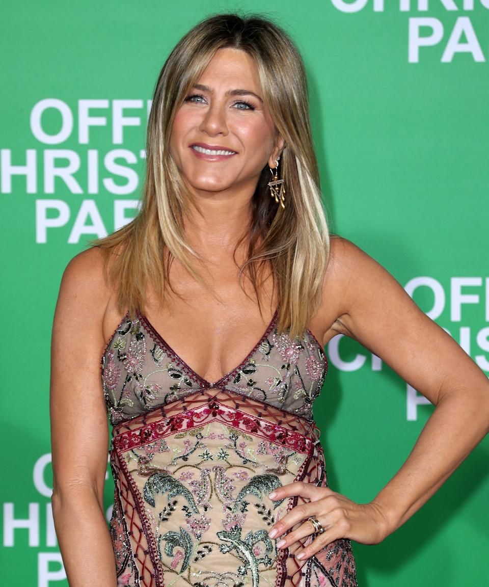 """<h3>2016: Natural Roots</h3><br>Aniston and her colorist, Justin Anderson, leaned into a more natural, <a href=""""https://www.refinery29.com/en-us/how-to-grow-out-hair-color"""" rel=""""nofollow noopener"""" target=""""_blank"""" data-ylk=""""slk:grown-out root"""" class=""""link rapid-noclick-resp"""">grown-out root</a>, blending to a lighter tone through the mid-shaft and ends.<span class=""""copyright"""">Photo: Jonathan Leibson/Getty Images.</span>"""