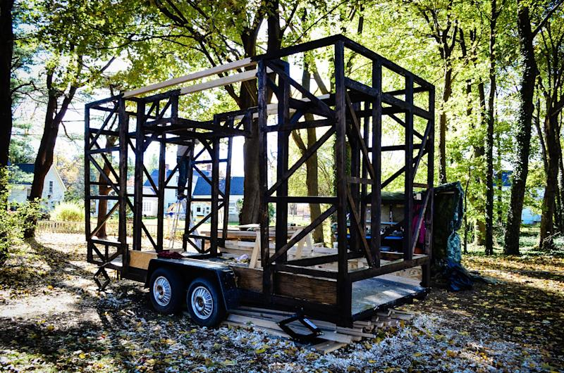 With a pile of two-by-fours left over from a film set, the couple was able to build the frame of their home. Even though the structure is composed of a lot of small fragments of wood, it has the impression of one large piece of timber.