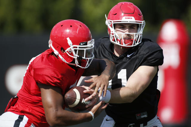 Georgia running back D'Andre Swift (L) takes a handoff from quarterback Jake Fromm during spring NCAA college football practice in Athens, Ga., Tuesday, April 10, 2018. (AP)