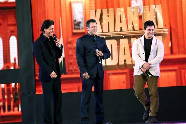 The three Khans coming together in a film : This gossip has been going around that the three Khans have signed a secret film together. It was even said that the three Khans will star in a Karan-Arjun sequel. However, it turned out to be a bizarre gossip.