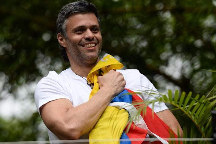 Venezuelan opposition leader Leopoldo Lopez greets supporters outside his house in Caracas (AFP Photo/Federico PARRA)