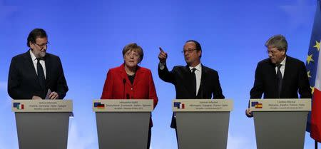 French President Francois Hollande, German Chancellor Angela Merkel, Spain's Prime Minister Mariano Rajoy (L) and Italian Prime Minister Paolo Gentiloni (R) attend a joint news conference during a Franco-German-Italian-Spanish summit ahead of upcoming EU Summit, in Versailles, near Paris, France, March 6, 2017.  REUTERS/Philippe Wojazer