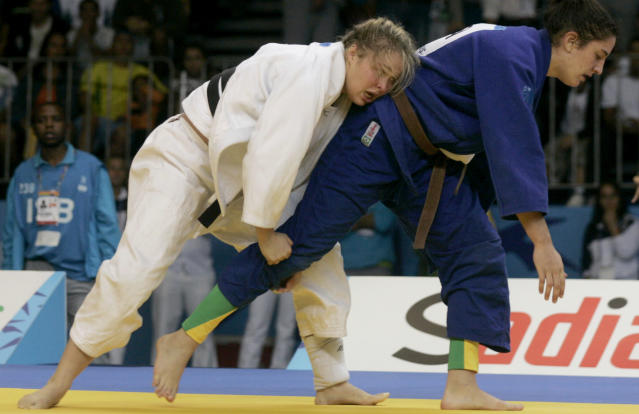 Ronda Rousey of U.S. (white) battles with Brazil's Mayra Silva to win the gold medal of the Women's 70kg judo competition of the Pan American games of Rio de Janeiro, July 20, 2007. REUTERS/Bruno Domingos (BRAZIL)