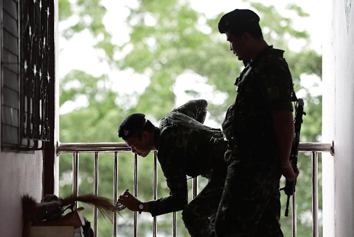 Soldiers take part in a search operation at apartment blocks on the outskirts of Bangkok, on August 30, 2015 (AFP Photo/Christophe Archambault)