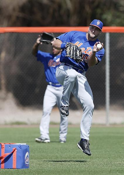 Former NFL quarterback and New York Mets outfielder Tim Tebow plays toss during a spring training baseball practice Monday, Feb. 27, 2017 in Port St. Lucie, Fla. (AP Photo/John Bazemore)