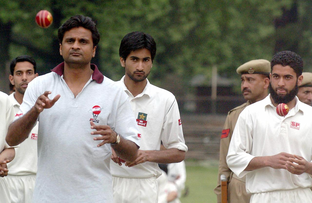 SRINAGAR, INDIA:  Indian pace bowler Jawagal Srinath (L) chats and demonstrates to Kashmiri youth prior to selection for the MRF Pace Foundation in Srinagar, 02 May 2006. Srinath spent a day talent-spotting pace bowlers in the city.  AFP PHOTO/ Tauseef MUSTAFA  (Photo credit should read TAUSEEF MUSTAFA/AFP/Getty Images)