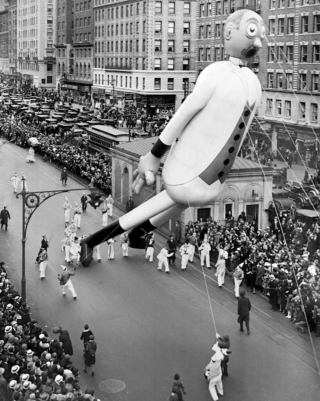 <p>Gulliver The Gullible was one of stars of Macy's Thanksgiving Day parade in 1933. Here he is passing 98th Street and Broadway. (Photo: New York Daily News Archive via Getty Images) </p>