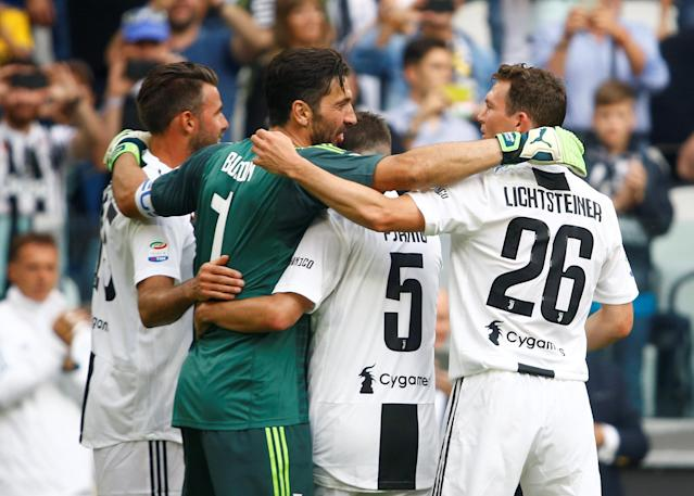Soccer Football - Serie A - Juventus vs Hellas Verona - Allianz Stadium, Turin, Italy - May 19, 2018 Juventus' Gianluigi Buffon embraces Andrea Barzagli, Miralem Pjanic and Stephan Lichtsteiner as he is substituted off REUTERS/Stefano Rellandini