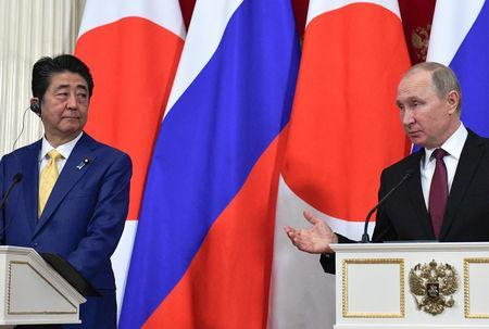 Russian President Vladimir Putin (R) and Japanese Prime Minister Shinzo Abe make a joint statement following their meeting at the Kremlin in Moscow, Russia January 22, 2019. Alexander Nemenov/Pool via REUTERS