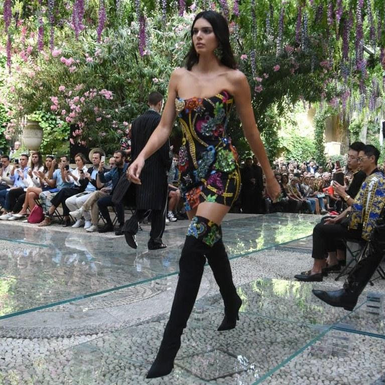 Kendall Jenner Returns to the Runway at Versace After a 5-Month Sabbatical