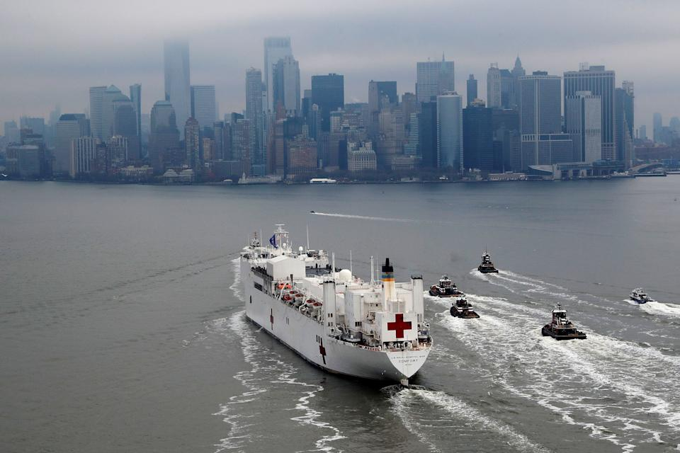The USNS Comfort passes Manhattan as it enters New York Harbour. (Photo: Mike Segar / Reuters)