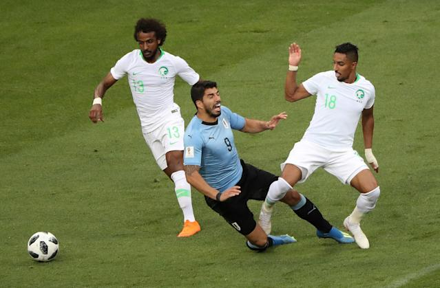 Soccer Football - World Cup - Group A - Uruguay vs Saudi Arabia - Rostov Arena, Rostov-on-Don, Russia - June 20, 2018 Uruguay's Luis Suarez in action with Saudi Arabia's Yasser Al-Shahrani and Salem Al-Dawsari REUTERS/Marcos Brindicci TPX IMAGES OF THE DAY
