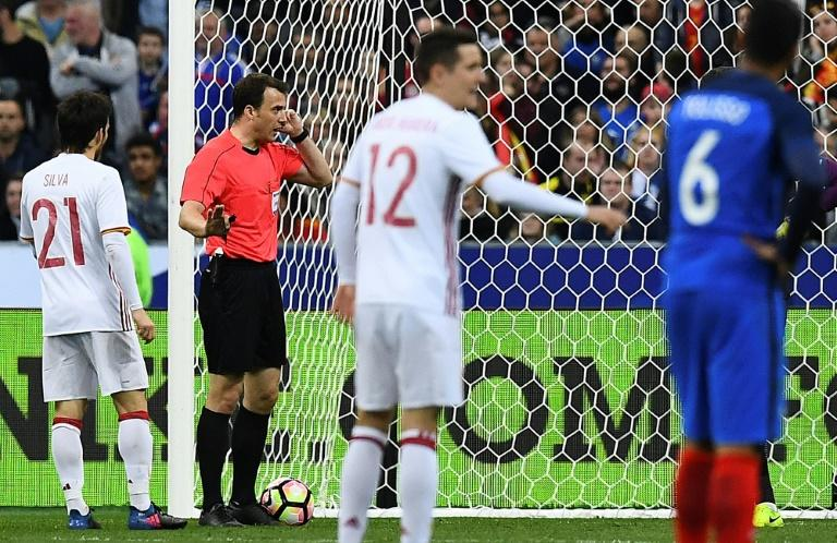 Referee Felix Zwayer (2L) validates a goal after video review during the friendly football match between France and Spain on March 28, 2017 at the Stade de France stadium in Saint-Denis, north of Paris