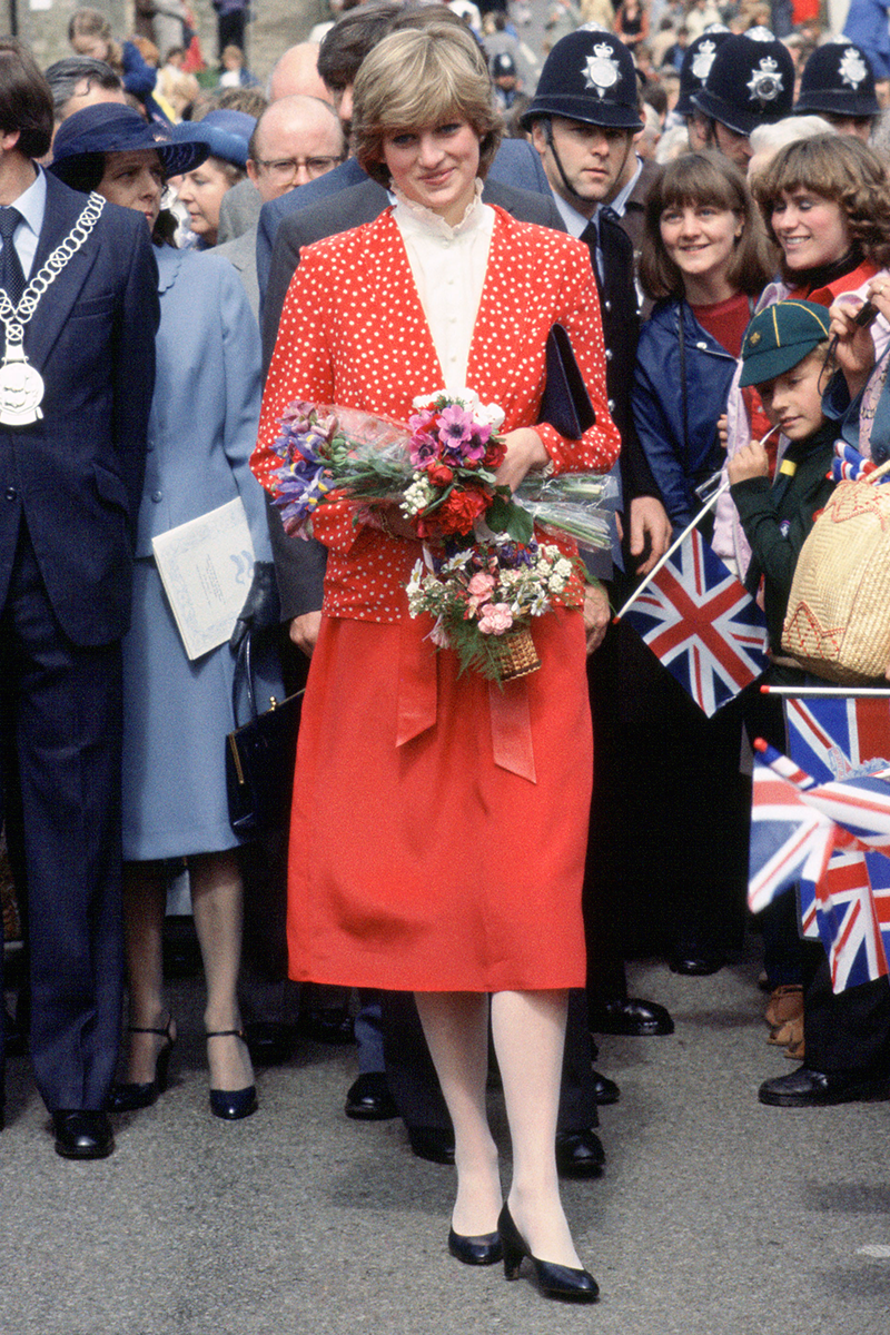 <p>Honestly, what's not to love about this red and white ensemble? The colour! The collar! The matching tights! Heck, even the bouquets match.</p>