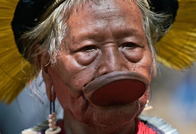 """Chief Raoni Metuktire -- seen here with a labret or ceremonial disc worn by warriors on their lower lip -- says he will ask Brazil President Jair Bolsonaro """"why he speaks so badly of the indigenous peoples"""" (AFP Photo/CARL DE SOUZA)"""