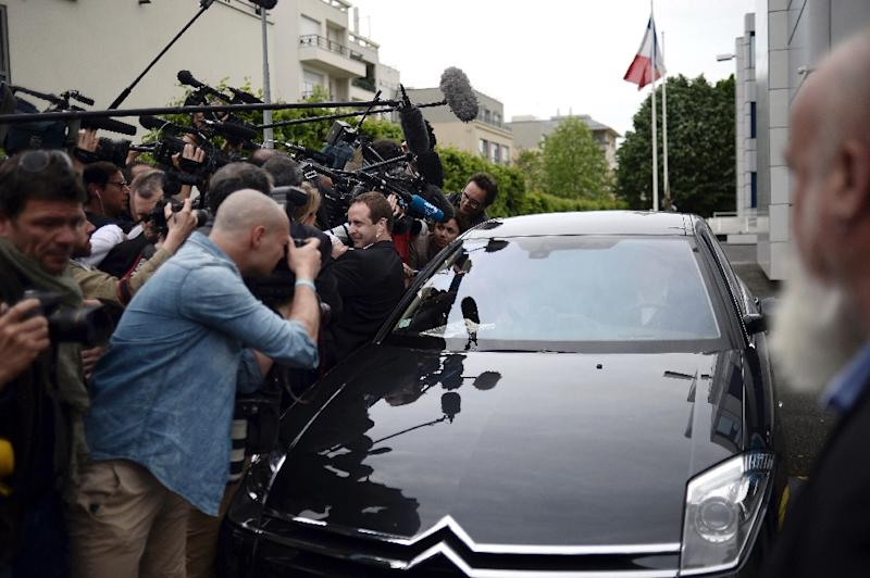 Front National honorary president Jean-Marie Le Pen answers journalists' questions in a car as he leaves the party's headquarters in Nanterre on May 4, 2015 (AFP Photo/Stephane de Sakutin)