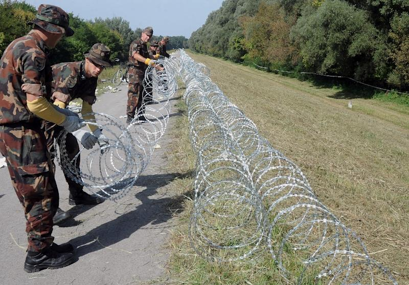 Soldiers of the Hungarian Army continue to build an iron fence on the Hungarian-Croatian border near Kulked village on September 18, 2015 (AFP Photo/Laszlo Laufer)