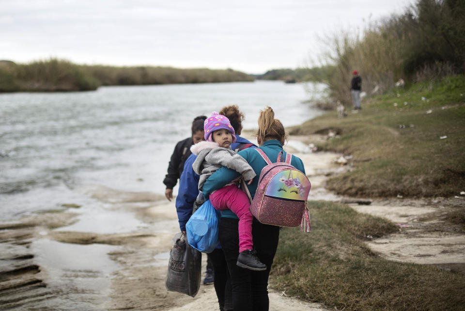 A family of migrants approaches the Rio Grande from Cohauila, Mexico