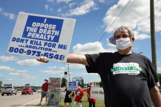 Opponents of the death penalty protest near the Federal Correctional Complex in Terre Haute, Indiana, where Daniel Lewis Lee was executed
