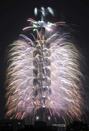 Fireworks explode from Taiwan's tallest skyscraper, the Taipei 101 during New Year celebrations in Taipei January 1, 2014. REUTERS/Edward Lau