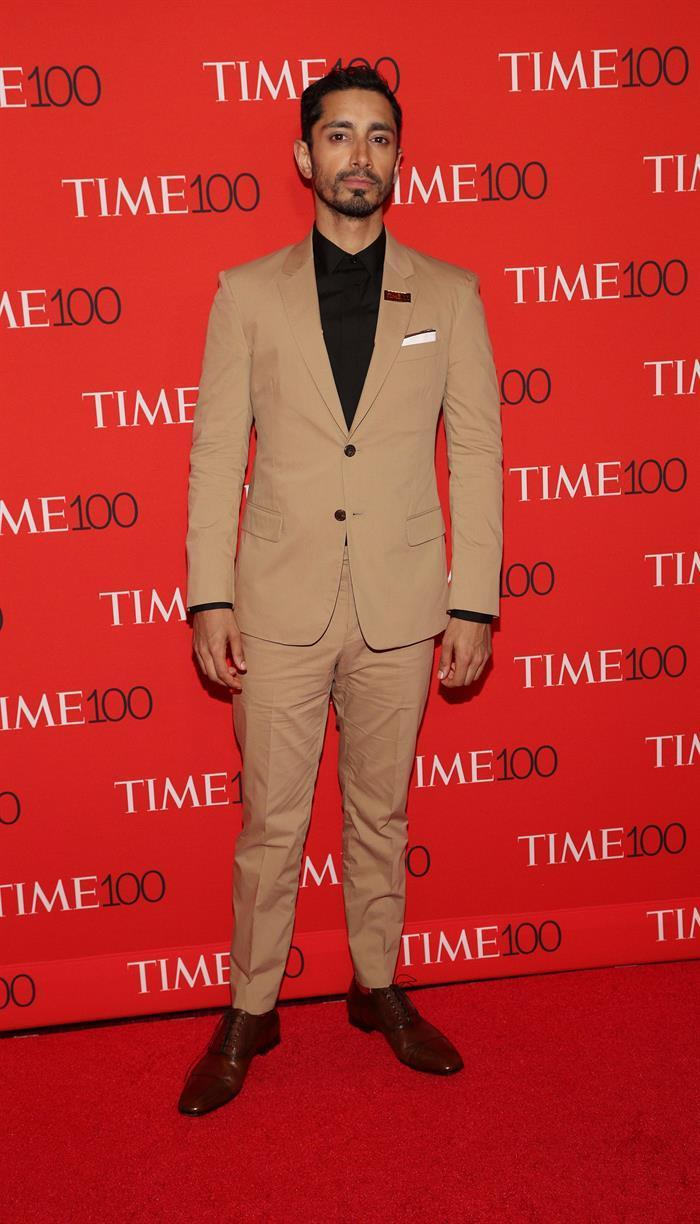<p>Everyone's new favorite actor stood out from the crowd in a light brown suit. (Photo: Reuters) </p>