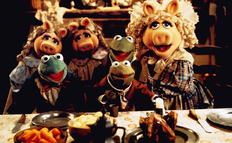 THE MUPPET CHRISTMAS CAROL, Robin the Frog (front, center), Kermit (back, second from right), Miss Piggy (right), 1992. ©Walt Disney Co./Courtesy Everett Collection