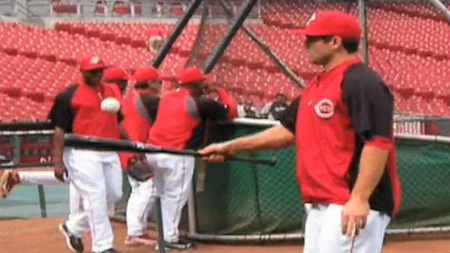 Joey Votto impersonates Tiger Woods