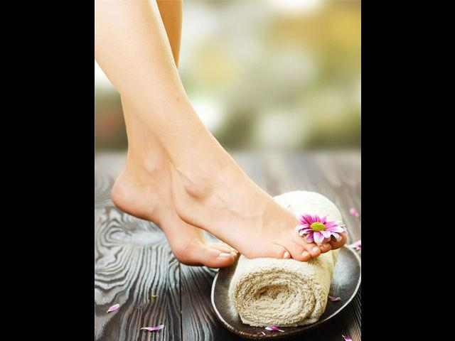 <b>Cracked heels</b><br> Apply a mixture of coconut oil/castor oil and turmeric powder on cracked heels preferably 15 minutes before you head to take a bath.