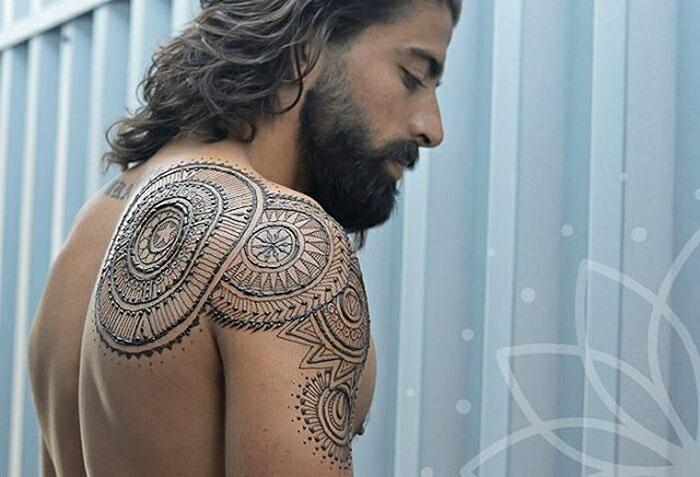<p>Click through to see more beautiful henna designs. </p>