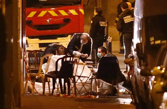 Rescuers cover a victim killed during one of several attacks in the French capital Paris, on November 13, 2015 (AFP Photo/Florian David)