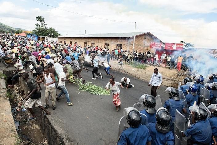 Burundi's policemen and army forces face protestors during a demonstration against incumbent president Pierre Nkurunziza's bid for a 3rd term on May 13, 2015 in Bujumbura (AFP Photo/Jennifer Huxta)