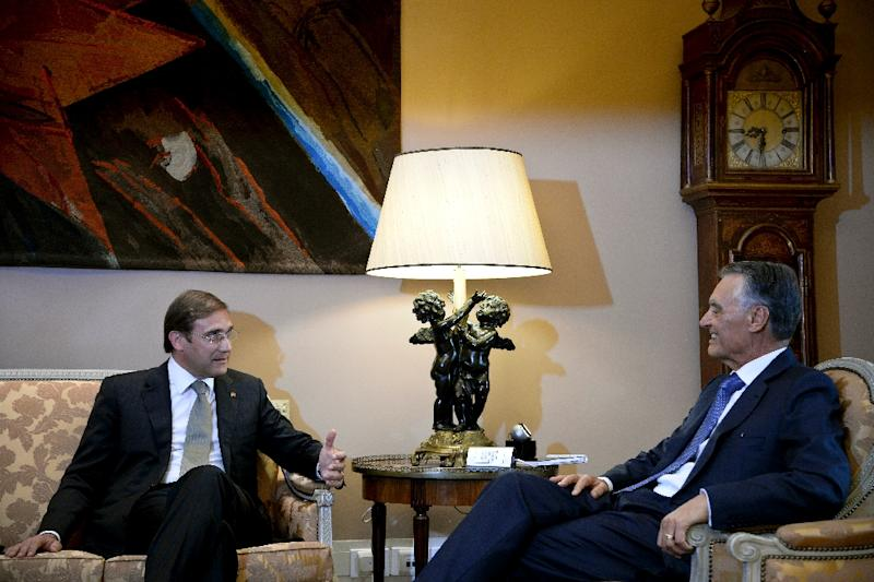 Portuguese Prime Minister Pedro Passos Coelho (L) speaks with by Portuguese President Anibal Cavaco Silva (R) during their meeting at Belem Presidential palace in Lisbon on October 6, 2015 (AFP Photo/Patricia De Melo Moreira)