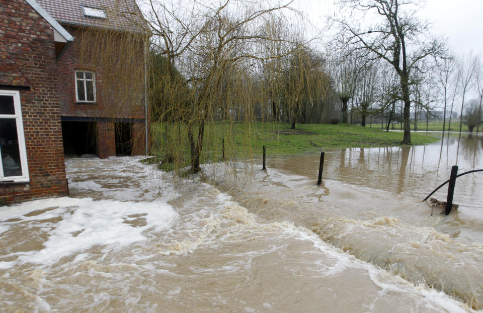 A house is submerged by water near the Dender river during floods near Geraardsbergen January 13, 2011. Several rivers burst their banks due to heavy rain flooding several towns and villages in Belgium, local media reported.  REUTERS/Francois Lenoir    (BELGIUM - Tags: DISASTER ENVIRONMENT)