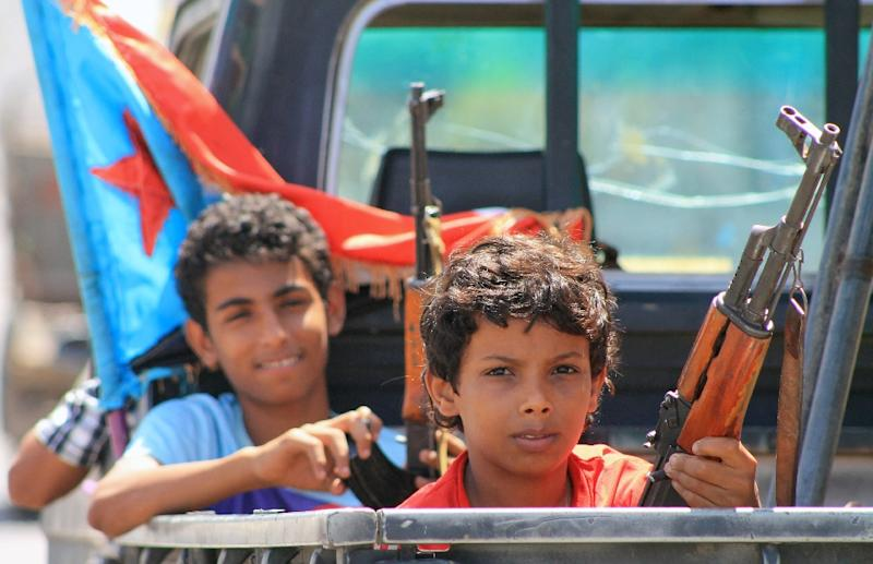Armed Yemeni children sit in the back of a pick up truck with fighters loyal to Yemen's Saudi-backed President Abedrabbo Mansour Hadi in the Dar saad neighbourhood of the southern Yemeni city of Aden on May 10, 2015 (AFP Photo/Saleh Al-Obeidi)