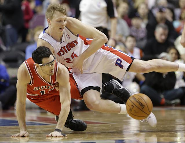 Chicago Bulls guard Kirk Hinrich and Detroit Pistons forward Kyle Singler (25) chase a loose ball during the first half of an NBA basketball game in Auburn Hills, Mich., Wednesday, March 5, 2014. (AP Photo/Carlos Osorio)