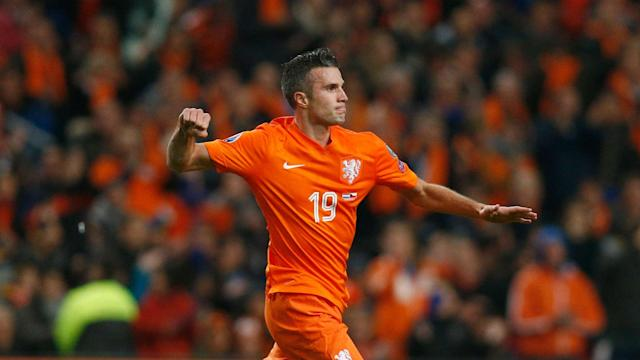 Netherlands coach Dick Advocaat has ended international exiles for forwards Robin van Persie and Ryan Babel.